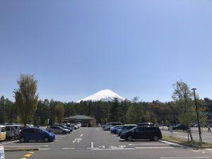 スーパーの駐車場から見た富士山